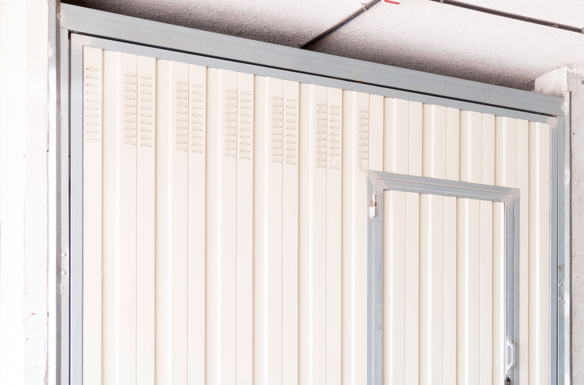 Las puertas basculantes son sistemas resistentes y seguros que se instalan de forma mecánica y se caracterizan por su buen funcionamiento